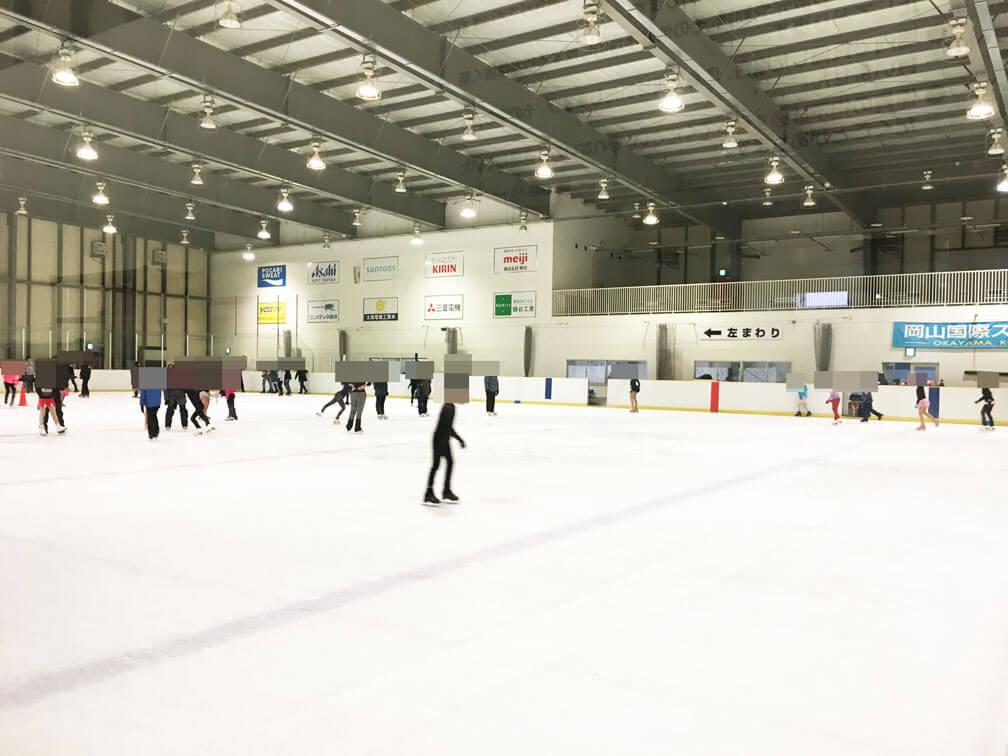 ad8205896bf65 スケートリンク中央付近には赤いコーンが4つ置かれていて(上記写真の左上あたりに見えるかと)、フィギュアスケートを習っている子供たちがプロ顔負けの演技を披露し  ...
