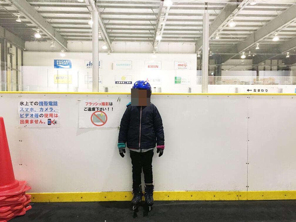deb429b505110 今回の岡山国際スケートリンクでも子供向けヘルメットの無料貸し出しがありましたので、上記の通りしっかり息子にヘルメットを装備させた上でスケート に挑みましたよ♪